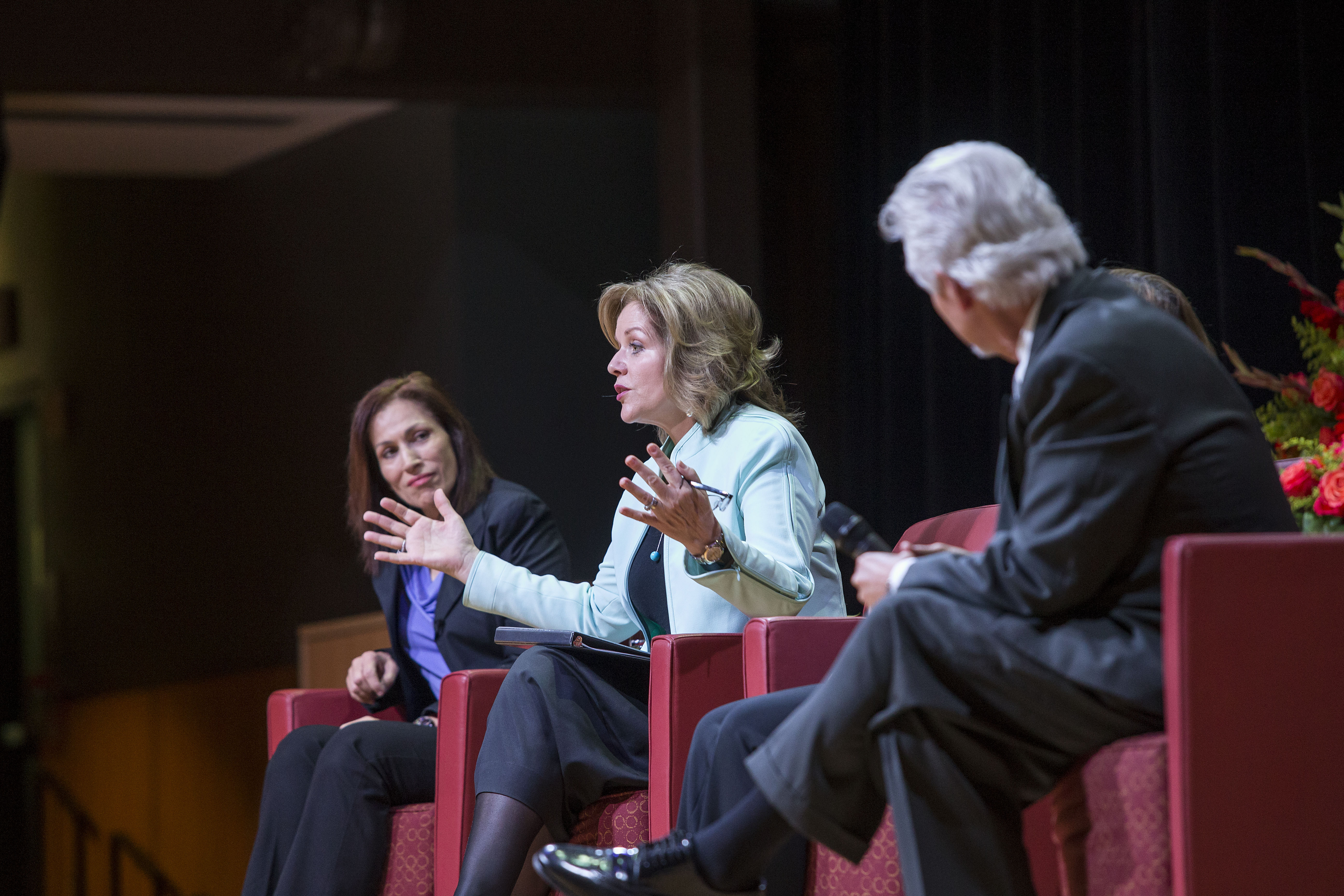 Rachelle Fleming and moderator Steve Kreinberg sit on stage with Reneé Fleming at the Temple Performing Arts Center.