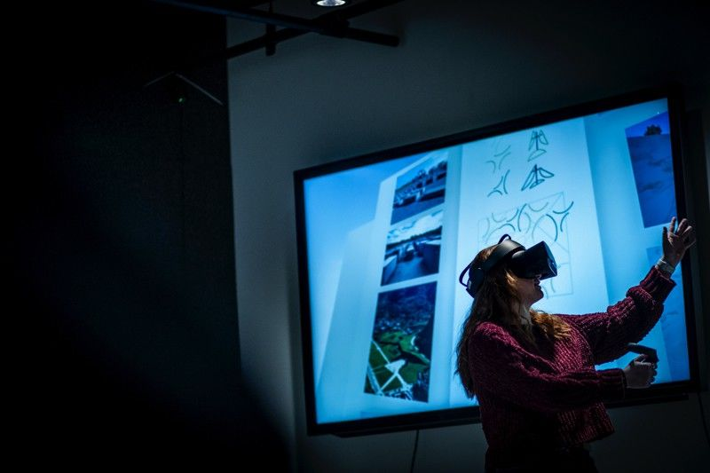 A Tyler Architecture student using virtual reality in a lab.
